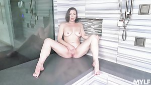 Solo newborn Sovereign Syre with naturel boobs playing in get under one's shower