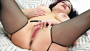 Hot mature Amanda Ryder works her pussy with coition toys